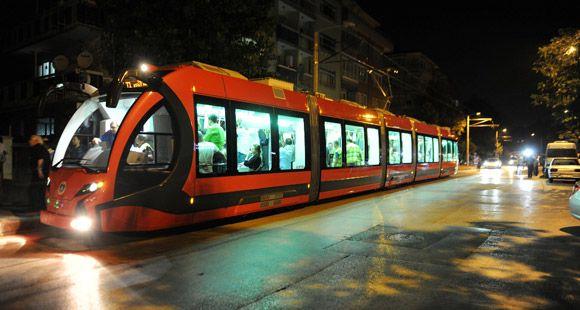 İlk Yerli Tramvay 'İpekböceği' Test İçin Bursa Caddelerinde