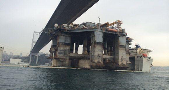 Dev Petrol ve Doğalgaz Platformu İstanbul Boğazı'ndan Geçti