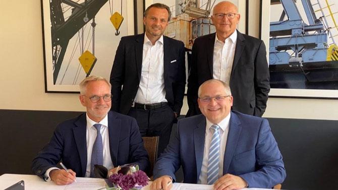 Hamburg'da anlaşmanın imzalanması sırasında sırasıyla; soldan sağa DFDS Başkan Yardımcısı ve Denizcilik Başkanı Peder Gellert, primeRail CEO'su Patrick Zilles (otu-ranlar) ve DFDS Akdeniz İş Birimi Başkanı Lars Hoffmann, primeRail Yönetim Kurulu Üyesi Kurt Pelster (ayakta) görülüyor.