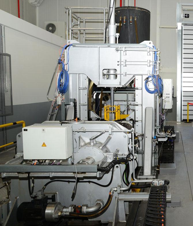 Mercedes-Benz Türk Aksaray AR-GE Merkezi'nde hizmete alınan yeni Şaft Test Alanı ile tüm dünyada üretilen Mercedes-Benz kamyonlarında kullanılacak şaftların ömür ve dayanım testleri yapılıyor.