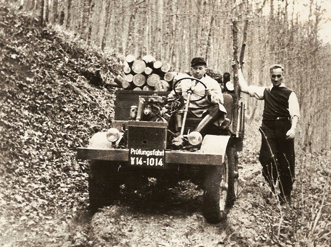 Unimog'un 9 Ekim 1946'daki ilk test sürüşü. Baş Tasarımcı Heinrich Rösler direksiyonda, Unimog'a adını veren Hans Zabel sağda