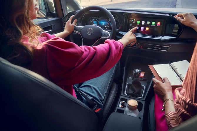 Yeni Caddy, dijitalleştirilmiş yüksek teknolojiye sahip Dijital Gösterge Paneli 'Innovision Cockpit' ve genişletilmiş iç mekanıyla, konfor seviyesini en yüksek noktaya taşıyor.
